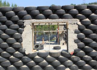 PROJETO UTOPIA, constrói reutilizando 2000 pneus e 11. 000 latas de alumínio como caixas de ar. Confira!