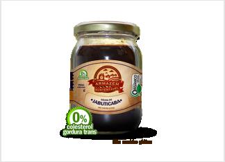 GELÉIA ORGÂNICA DE JABUTICABA Todo o sabor do Brasil, com um toque orgânico. Além de acompanhar pães ou torradas no café da manhã ou lanche da tarde, pode ser utilizada para rechear biju de tapioca com queijo de coalho, para confeccionar o já clássico molho de jabuticaba, perfeito para carnes vermelhas ou de caça. Também é excelente se acompanhada por patês ou queijos tais como Emmental ou Gruyère.