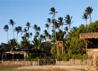 """Pousada VILA KALANGO – Jericoacoara – Ocupa um área de 5 mil m² de coqueiros e cajueiros que estão lá, preservados! Tudo na pousada é o chamado """"pé na areia"""" .... Confira!"""