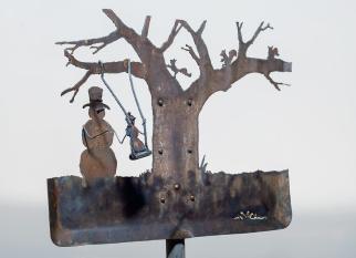 Pedaços de metal ou ferramentas antigas descartados, jogadas em um canto qualquer, transformadas em esculturas pela artista Cindy Chinn. Confira!