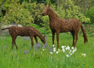 Inspirada e integradas à natureza, as lindas esculturas da artista inglesa Emma Stothard