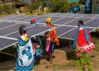 Mulheres da tribo Maasai , espalhadas pelo Quênia e  Tanzânia tem a oportunidade de vender  instalações solares a preços acessíveis – vida nova, autoestima e uma atividade rentável. Confira!