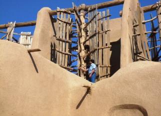 Os primeiros moinhos de vento surgiram possivelmente no século 5 dC.  Alguns destes primeiros exemplos de moinhos de vento verticais podem ser vistos e anida funcionam. Confira!