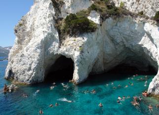 A beleza das Ilhas Gregas ... São mesmo um sonho! Na Ilha de Milos, a Praia de Papafragos.Confira!