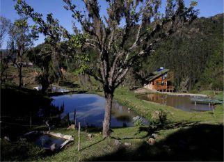 O SÍTIO E POUSADA PEDRAS ROLLANTES, fica no município de Alfredo Wagner,  aproximadamente a 100 km. de Florianópolis. Um nome curioso, um lugar especial , que oferece inúmeras possibilidades de experimentar emoções difíceis de descrever, mas que podemos imaginar, conhecendo um pouco dessa história construída com respeito à natureza e compromisso com o nosso bem-estar.