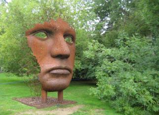 """Linda escultura intitulada  """"Vertical Face"""" , assinada pelo artista  Rick Kirby."""