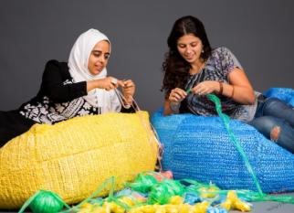 """Olha que projeto interessante! """"Trochet"""". Esses """"puffs"""" e outros produtos  são confeccionados com sacos plásticos descartados. Confira!"""
