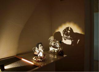 Criando estruturas com o lixo, o artista grego Vaitsis, cria imagens incríveis com um jogo de luz e sombra. Confira!