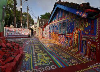 Um jovem senhor de 96 anos, salva sua aldeia da ameça da demolição através da arte!  Confira!