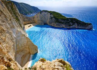 Zakynthos fica na parte oriental do mar Egeu, cerca de 20 km, a oeste do continente ( Peloponeso ).