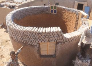 Nascido e criado no campo de refugiados, Tateh Lehbib Breica, de 27 anos, está construindo casas resistentes a desastres usando garrafas de plástico descartadas.  Dignidade para a vida das pessoas e respeito ao meio ambiente. Tudo de bom! Confira!