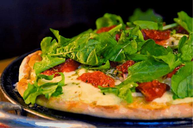 Pizza de rúcula com tomate seco, massa artesanal feita com todo o carinho pelo pizzaiolo do restaurante Fragária (no Hotel).