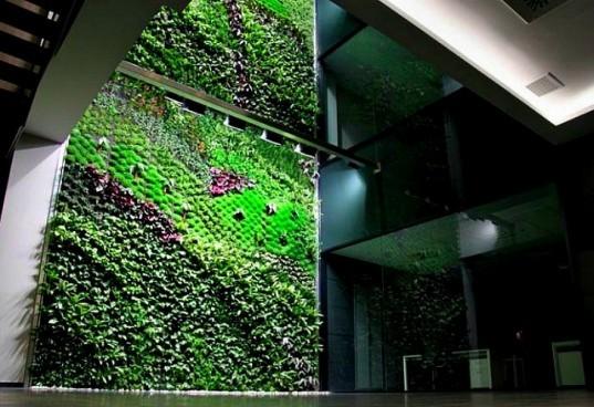 Também projetado para atuar para auxiliar a limpesa do ar de um edifício de escritórios na  Espanha. Foi projetado e instalado pela Urbanarbolism e é considerado como o maior jardim vertical em toda a Espanha.