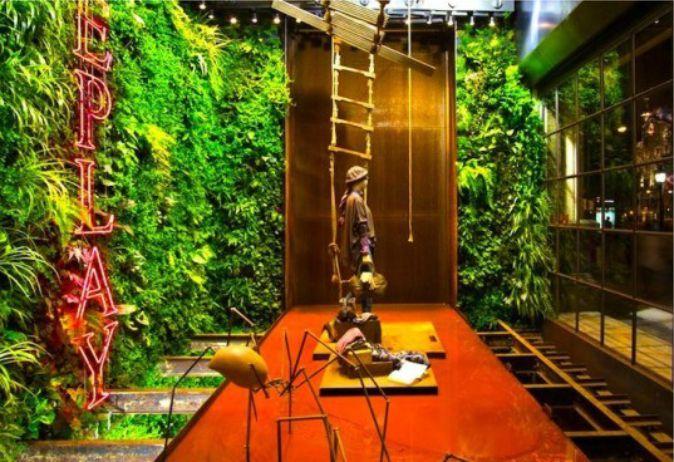 Projeto criado pela Vertical Garden Design (Barcelona), dando um toque de vida na vitrine de uma loja de roupas em Barcelona.