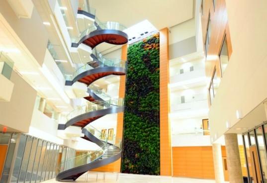 Projeto da Parker Urban Greenscapes instalou este enorme jardim vertical no pátio do Edifício de Ciências Integradas Papadakis da Universidade Drexel  (EUA) no outono de 2011.  Tem mais de 1.500 plantas e é integrado ao sistema de tratamento de ar  para ajudar a limpar o ar do interior do prédio.