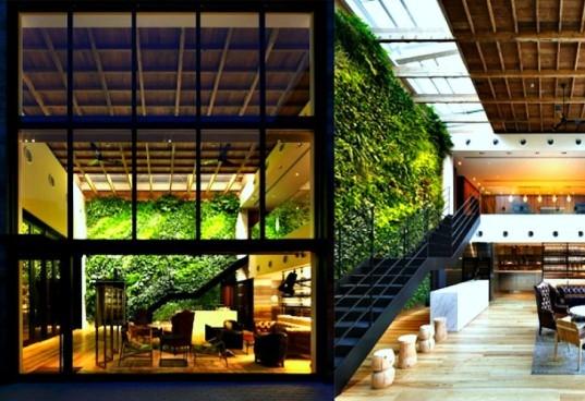 Esse jardim vertical  fica no interior da vila Yoyogi em Tóquio. Não só possui a  arquitetura de containers, e tem também uma bela parede interna. Projetado por Wonderwall e pelo paisagista Seijun Nishinata.