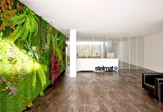 Esse Jardim vertical é uma instalação na sede da  Stelmat Teleinformática aqui no Brasil, que tem sua arquitetura com o uso de tecnologias sustentáveis, telhado verde e na entrada essa linda parede  viva tropical.