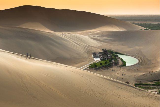 Crescent Lake (China), está localizado fora da cidade de Dunhuang,  sendo uma parada importante para os viajantes que se deslocam pelo Deserto de Gobi. Embora ainda não seja tão profundo como foi na década de 1960, o encolhimento da profundidade e da superfície parece ter sido revertido. Foto: Rat007/Shuterstock)